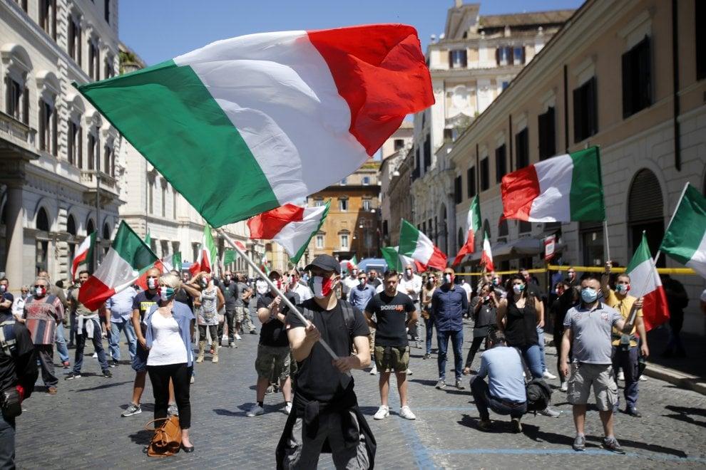 """Roma, a Santi Apostoli CasaPound alla protesta delle """"mascherine tricolori"""""""