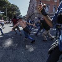 Ultrà e Forza Nuova a Roma, scontri al Circo Massimo: cariche contro polizia