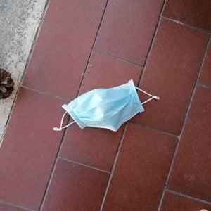 Roma, coronavirus, guanti e mascherine abbandonati: il rischio per la salute e per l'ambiente