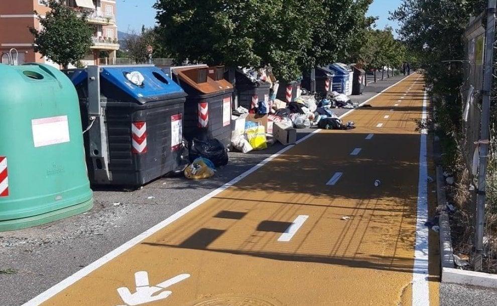 Roma, l'Ama non ritira l'immondizia e i sacchetti ...