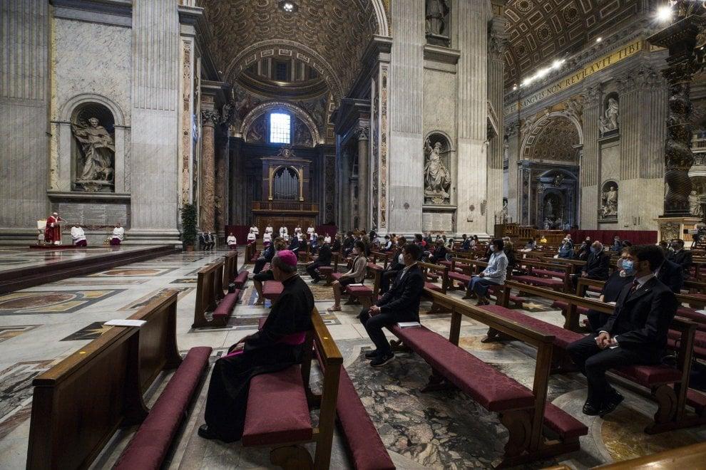 Santi Pietro e Paolo, in Vaticano il Papa celebra messa con distanziamento