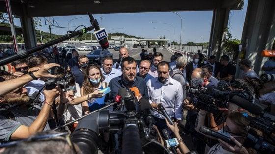 """Roma, Salvini nel deposito Atac vicino campo rom: """"Raggi faccia censimento e sgombero o lo farà il nuovo sindaco"""""""