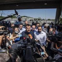 """Roma, Salvini nel deposito Atac vicino campo rom: """"Raggi faccia censimento e sgombero o..."""