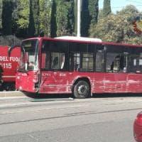 Roma, tram esce dai binari e si scontra con bus e due auto: conducente Atac