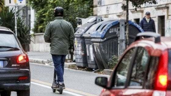 La mobilità a Roma. In due e senza casco: prime dieci multe per i monopattini