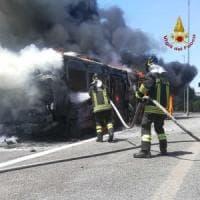 Roma, bus in fiamme, conducente e passeggeri illesi