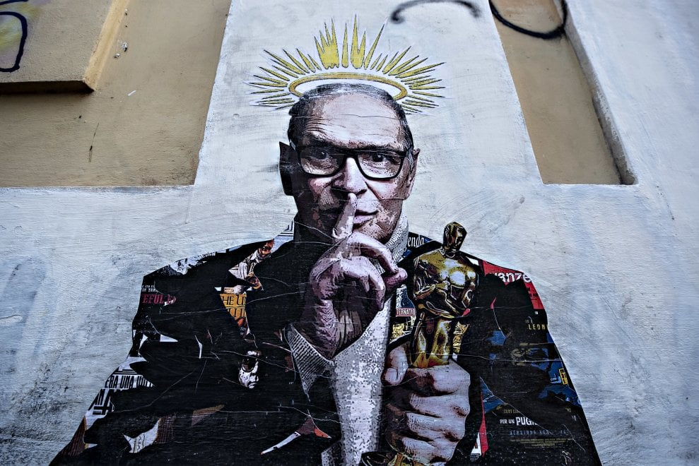 Ennio Morricone con l'Oscar e l'aureola: il murale a Trastevere