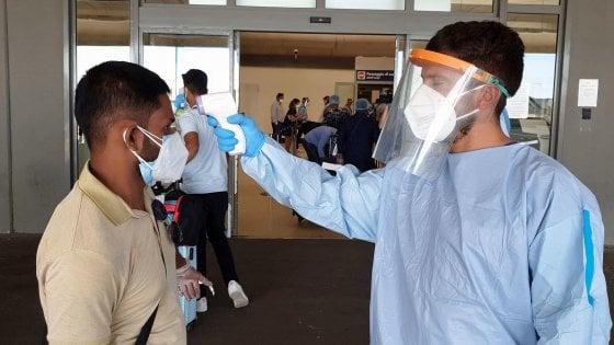 Coronavirus, 36 positivi sull'aereo atterrato dal Bangladesh a Roma. Speranza sospende i voli