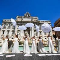 """A Fontana di Trevi il flash mob delle spose: """"Settore in crisi nera"""". E la foto finisce sul Guardian"""
