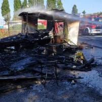 Roma, incendio nel campo nomadi di via Candoni: in fiamme tre moduli abitativi