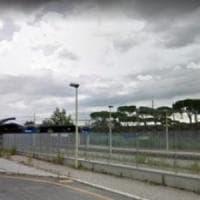 Roma, lastra di marmo sui binari alla stazione Salone. Il treno la impatta
