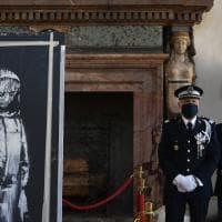 Palazzo Farnese, restituita alla Francia la 'ragazza triste' di Banksy, l'opera rubata al Bataclan di Parigi