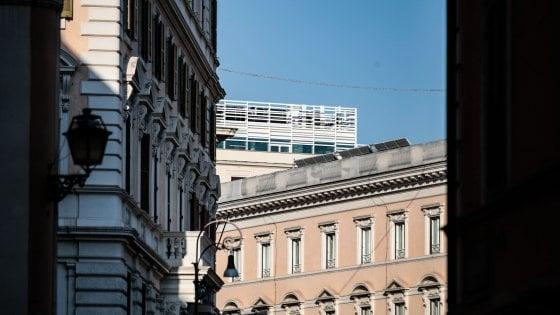 Roma, un'astronave bianca sul tetto del palazzo Apple al Corso