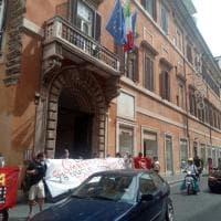 """Emergenza casa a Roma, la protesta all'Anci un anno dopo lo sgombero a Cardinal Capranica. """"Dove sono le case?"""""""