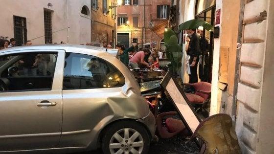 Roma, auto fa retromarcia e travolge i tavoli di un ristorante: paura  in piazza delle Coppelle