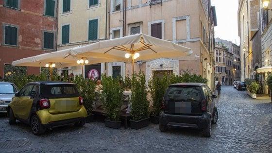 Roma, battaglia tra tavolini e parcheggi per lo spazio nelle piazze del Centro