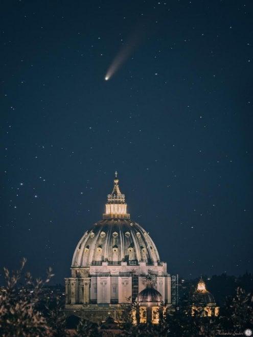 Roma, la cometa Neowise incornicia San Pietro e Trinità dei Monti