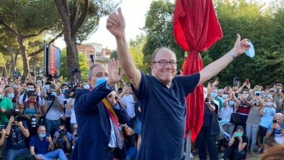"""Roma, bagno di folla per Carlo Verdone al Palo della morte: """"Oggi Enzo andrebbe a Ibiza"""""""