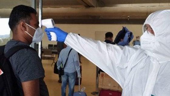 Ambulante positivo al Covid viola quarantena e viaggia in treno e bus tra Roma e Sabaudia: caccia ai passeggeri