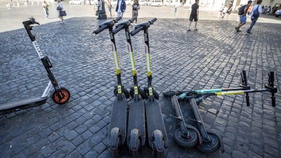"Monopattini selvaggi a Roma. Le associazioni: ""Un'insidia per i disabili"""