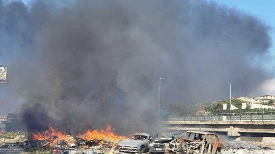 Roma, fiamme sotto al viadotto della Magliana, fumo in tutta la città