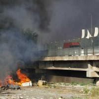 Violento incendio sotto il viadotto della Magliana, fiamme e fumo nero