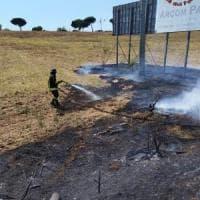 Pontina chiusa all'altezza di Pomezia per un incendio di sterpaglie: code