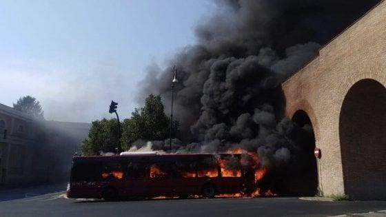 Roma, due bus Atac in fiamme: roghi in piazza Sisto V e viale Regina Margherita