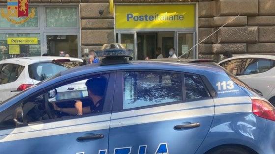 Roma, gli chiedono il documento e si tira giù i pantaloni all'ufficio postale: arrestato