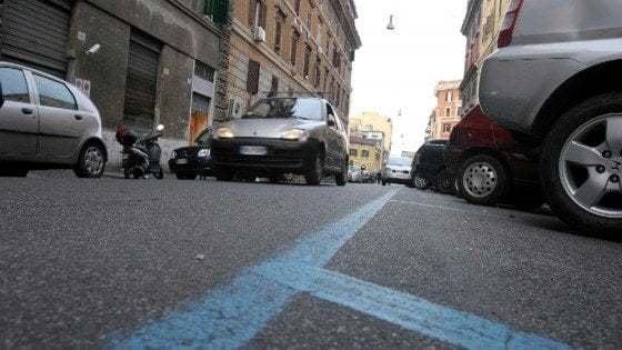 """Entrare in Europa, all'improvviso. L'Atac annuncia: """"Anche a Roma si pagherà la sosta via sms"""""""