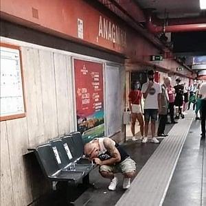 Roma, sniffa cocaina sulla banchina della metro ad Anagnina davanti ai pendolari