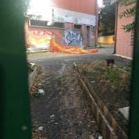 Roma, rifiuti e giochi rotti nella scuola più vicina al ministero dell'Istruzione