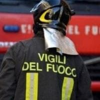 Roma, incendio per cortocircuito in casa: ferita una donna