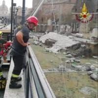 Roma, turista cade ai mercati di Traiano: recuperato con un verricello dai
