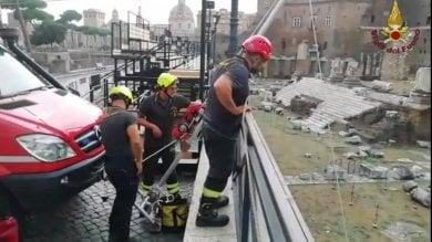 Turista cade ai mercati di Traiano: recuperato con un verricello da vigili fuoco