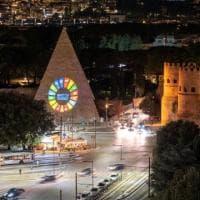 Acea illumina la Piramide Cestia di Roma con i simboli degli obiettivi di sviluppo sostenibile Onu 2020