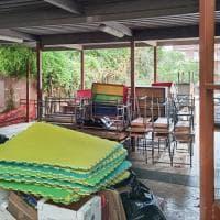 Banchi e sedie accatastati nella scuola, l'Ama non li ritira. Preside di Monteverde chiama i privati e manda il conto al Campidoglio