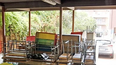 Banchi e sedie da dismettere, l'Ama non li ritira. Preside di Monteverde chiama i privati e manda il conto al Comune