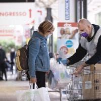 Roma, il cardinale Konrad Krajewskj nei supermercati Doc per raccogliere generi alimentari da destinare alle famiglie bisognose