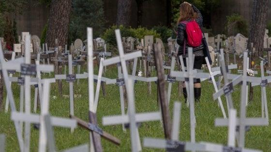 """Roma, feti sepolti al cimitero, altre tre donne col nome sulle croci: """"Ora vogliamo giustizia"""""""