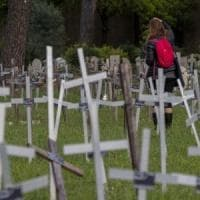 """Roma, feti sepolti al cimitero, altre tre donne col nome sulle croci: """"Ora vogliamo..."""