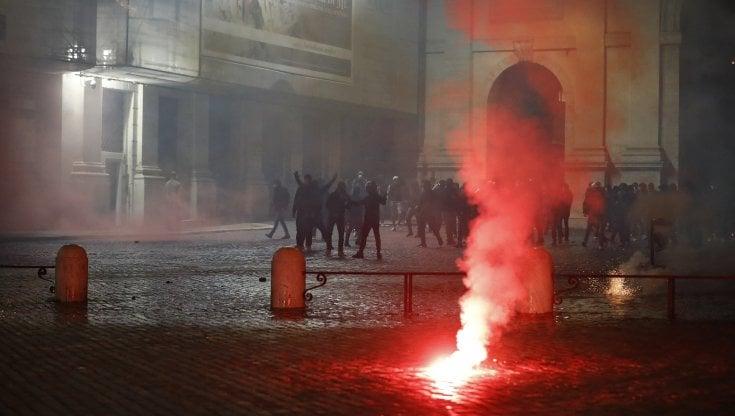Cassonetti rovesciati e bombe carta: 16 denunciati per la guerriglia in piazza del Popolo...