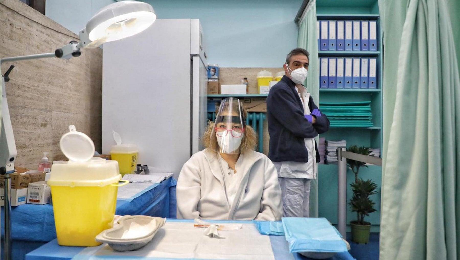 """175931423 768416d5 b56d 4e0b b335 d694a0941168 - Coronavirus, nel Lazio impennata di contagi: sono 1719. La curva al 13%. Vaccini: somministrato il 70% delle dosi. """"Preoccupano i ritardi"""""""