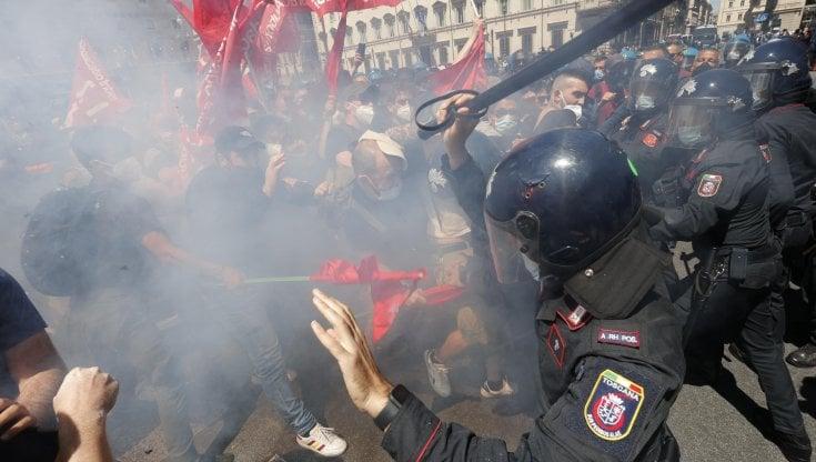 Roma, tensioni tra forze dell'ordine e lavoratori: calci in testa a un  carabiniere - la Repubblica