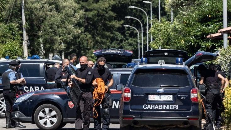 Bambini uccisi ad Ardea, il killer della villetta accanto con la pistola presa al padre