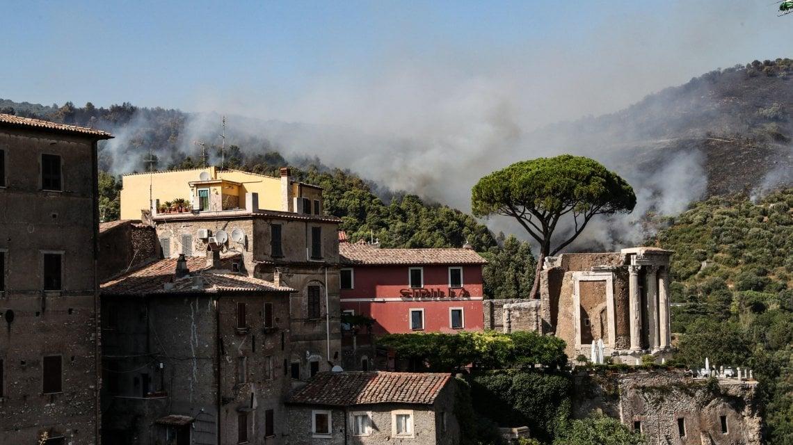 091615132 1ade5745 66d7 4bbc 9290 134394bfdd21 - Tivoli, fiamme alle porte di Roma: evacuate case e una comunità. Nessun ferito