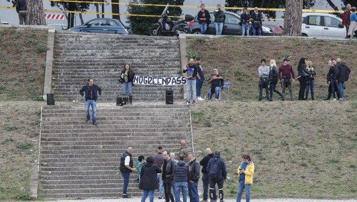 """No Green Pass, la manifestazione al Circo Massimo. Montesano: """"A Trieste usate maniere..."""