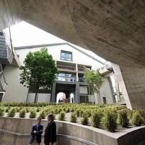 Cemento armato, cristallo e piante, la sfida di Casa Hollywood