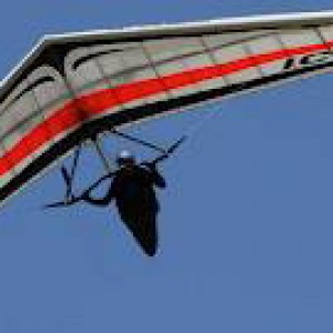 Precipita con il deltaplano durante una gara, muore imprenditore trevigiano