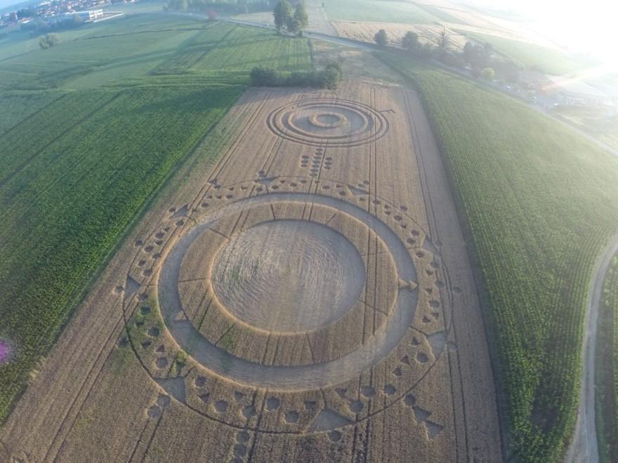 Un drone fotografa a Chieri i misteriosi cerchi nel grano